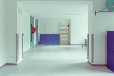 Großer Sportraum für die Kindertherapie